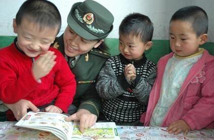 边防军医关爱留守儿童