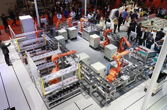 爱仕达智能工厂IH电饭煲示范线 国产机器人崛起,主打性价比牌,凸显核心竞争力 一直以来,机器人市场都是国外机器人包打天下,但随着今年部分机器人研发企业在技术研发上的突破,国产机器人也有望在制造行业占领更多的市场份额。 记者在这几年异军突起的钱江机器人展位上看到了几个应用方案,分别展示了钱江机器人在3C行业打磨拆解、小家电智能装配检测、爱仕达智能工厂IH电饭煲总装示范线上的应用展示。钱江机器人副总经理周文彪指着工博会上的三大应用场景,解读说,这只是国产机器人应用的冰山一角,机器人的示范应用可以推广到很多行