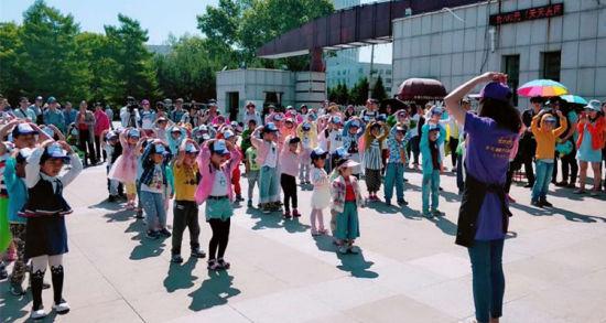 孩子们与老师一起跳起舞蹈