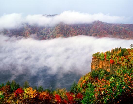 云雾五花山。 费光宇 摄