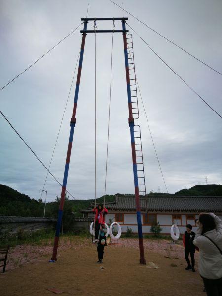 村民现场为采风团演示当地的民俗游戏