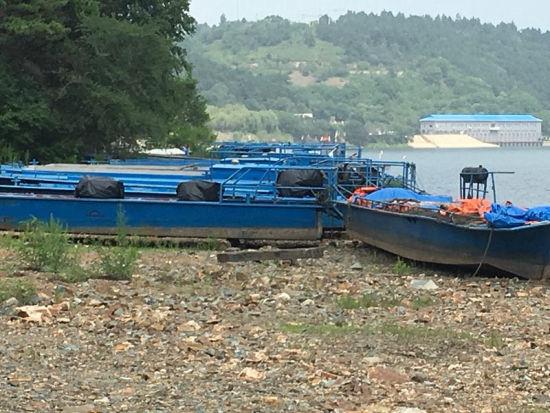 休渔期捕鱼船已经靠岸禁止捕捞