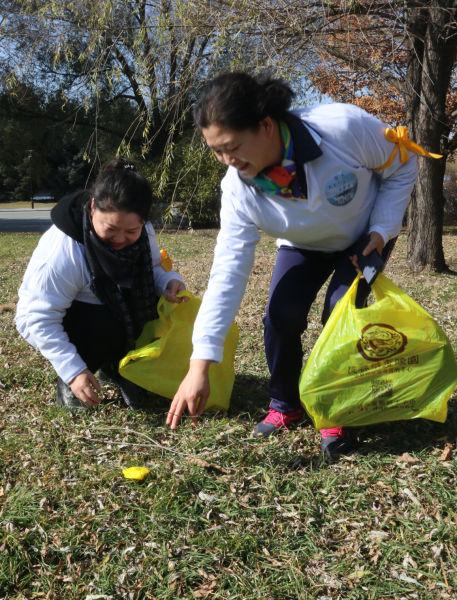 长春女企业家协会参与者在捡拾垃圾