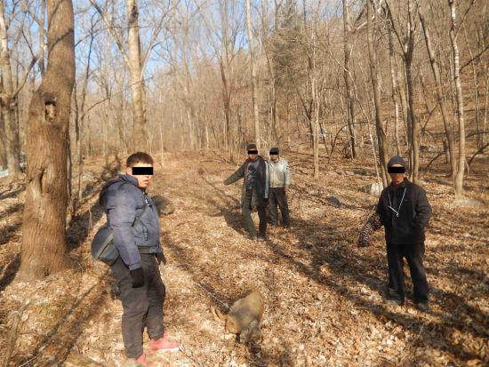 4名嫌疑人在指认现场