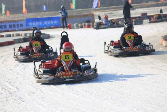 选手们在长春母亲河体验冰雪汽车的速度与激情