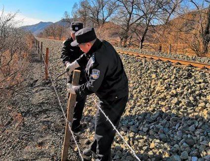 民警积极参与线路封堵工作