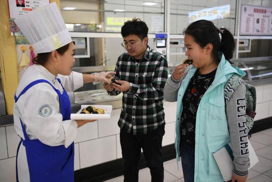 邀请同学们试吃网红糕点