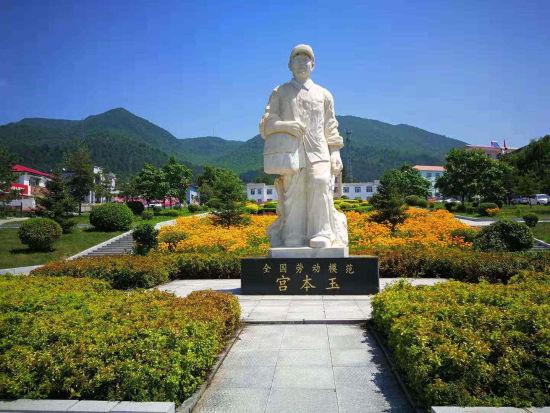 全国劳动模范宫本玉雕像