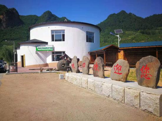 """外形像""""粮仓""""的坡口村博物馆,"""