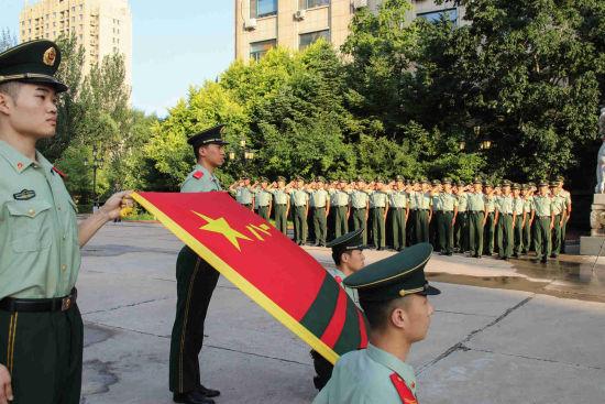 官兵们面对军旗宣誓