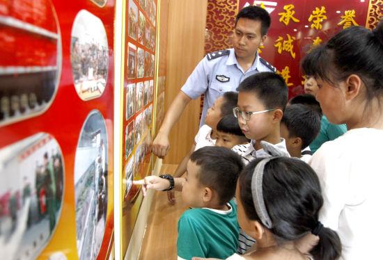 警史馆,边检民警为参观的小学生讲述国门卫士的故事