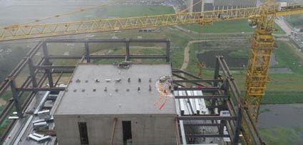 项目最后一根封顶钢梁吊装就位