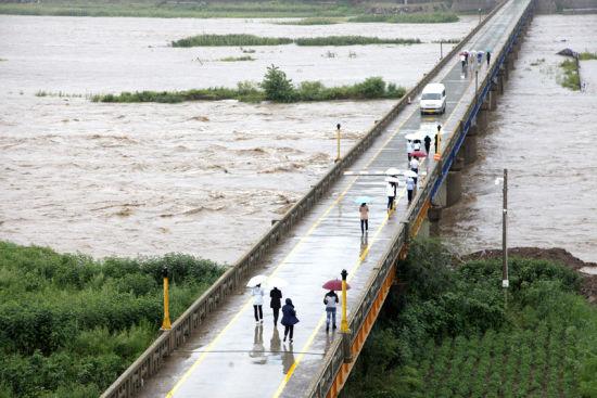 湍急的江水流�^��境公路�蛄�