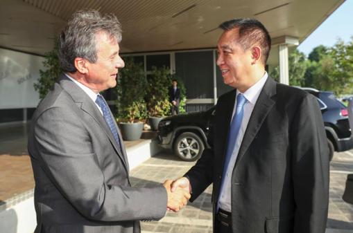 马瑞利全球首席运营官 Ermanno Ferrari 迎接许家印一行