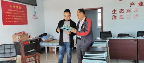 吉林省监狱管理局驻村第一书记王有思向邢岩副总裁介绍贫困户情况