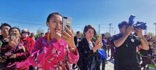 网红团队通过直播间现场帮助售卖育林村特色农产品