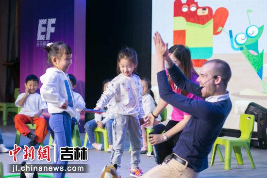 外教教师现场与孩子们互动教学