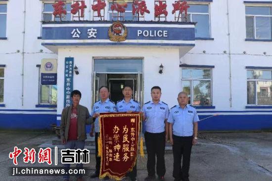 9月20日,失主为民警送来锦旗表达感谢