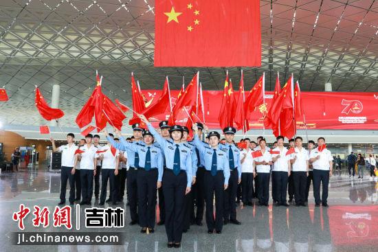 共同挥舞五星红旗,为祖国的繁荣昌盛欢呼