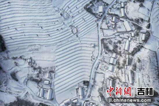 大雪过后的松岭雪村