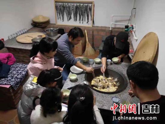 农村铁锅烹出美味佳肴