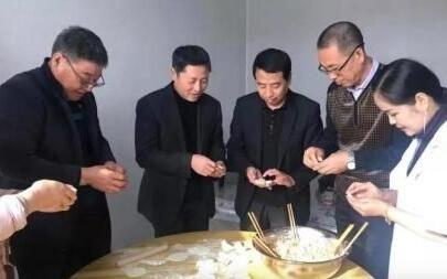 公主岭市人大常委会副主任吴涛到包保贫困农户家开展结亲暖心活动,一起包饺子