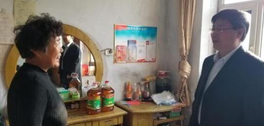 公主岭市人大常委会副主任于云海为包保贫困农户送去米面油等生活用品