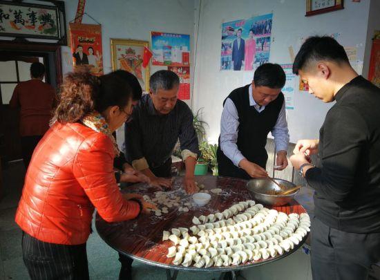 靳晓波副主任开展结亲暖心活动到包保贫困户家包饺子