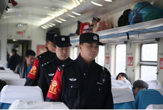 乘警在列车车厢巡视