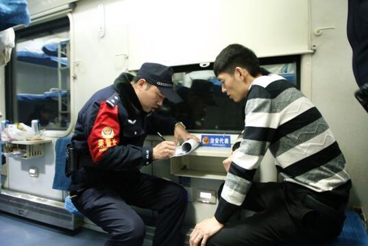 乘警向治安代表了解案件线索