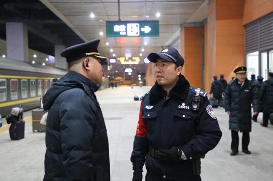 列车始发前乘警向列车长了解乘务人员情况