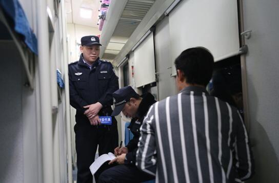 乘警从符合条件的热心旅客中选建治安代表