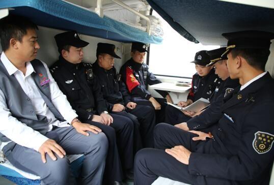 乘警组织列车长、检车张、餐车主任召开临时党支部会议