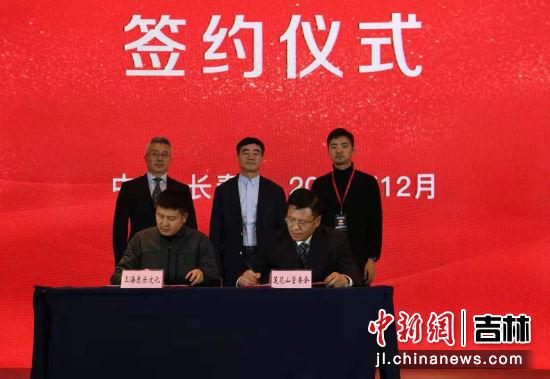 刘国涛与相关企业进行签约仪式