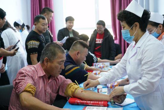 采血现场医生有序操作,无偿献血者排队献血。潘晟昱 摄