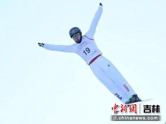 在长春莲花山世茂滑雪场举行的2019-2020年度国际雪联自由式滑雪空中技巧世界杯分站赛上,吉林籍选手齐广璞在比赛中的精彩表现。(资料图)