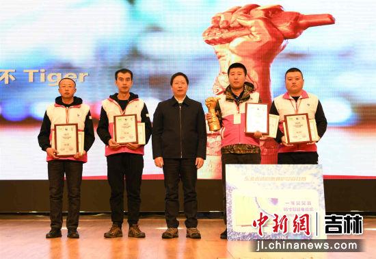 国家林业和草原局副局长李春良为本届竞技赛冠军团队颁发奖杯和证书(付明千 摄)