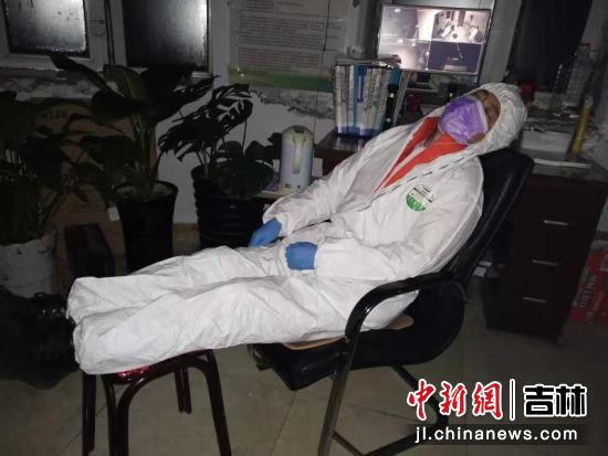 """防疫一线:吉林天桥岭""""最美睡姿""""刷爆朋友圈"""