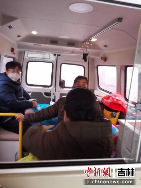 疫情防控人员把婴儿及家属送上120急救车
