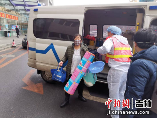 靳淞宇帮助家属搬运物品