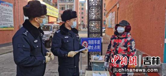 图为郑权(左)协助社区工作人员排查登记外来居民