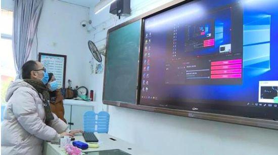 授课教师在调试直播系统