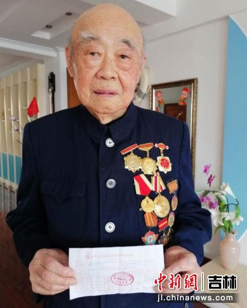 图为南关区93岁的抗日老英雄王吉利为武汉捐款