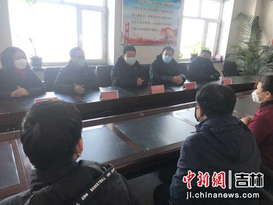 图为榆树市委宣传部长郑学华市下乡指导