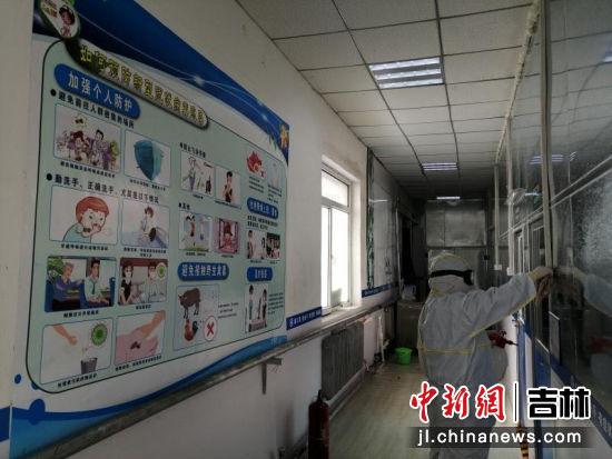 图为工作人员正在对医院消毒