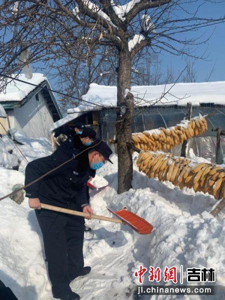 民警为老人院落清扫积雪