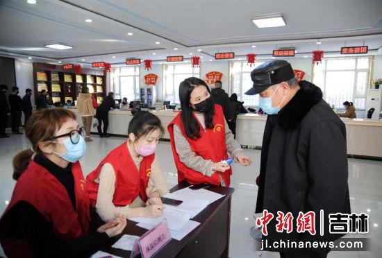 新兴社区大学生志愿者,长春理工大学大四学生潘泊宇(左三)