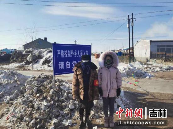 沿江镇大学生志愿者,浙江大学大四学生张淼(右)