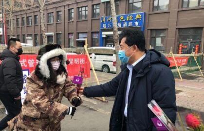 """南关区区长杨大勇""""三八""""节给防疫女同志送花"""