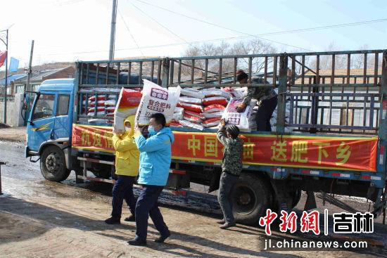 中国石油的员工正在农户配送化肥